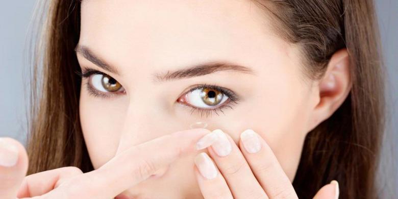 Karena Lensa Kontak Yang Kotor, Seorang Wanita Mengalami Infeksi Pada Mata